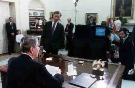 Ronald Reagan using a teleprompter